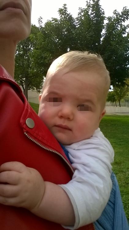 M. est un gros calinou. Il n'a pas bougé tant qu'il a été dans l'echarpe contre moi. merci à mon fils pour la photo.