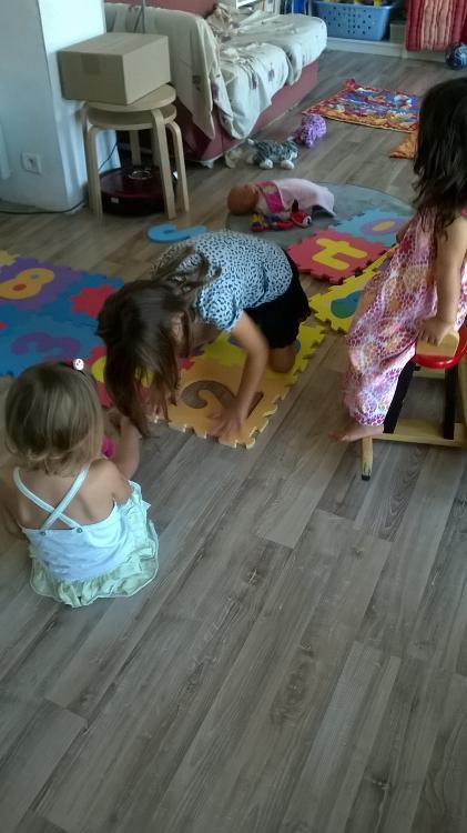Les filles montent le tapis pour les bébés.