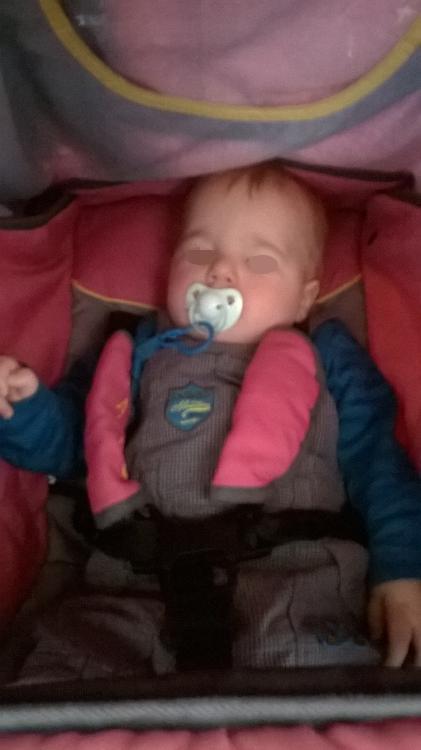petite sieste dans la poussette au café bébé.