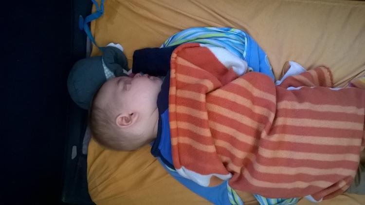 Petite régression pour M. il voudrait dormir dans mes bras. Alors je l'emmaillote comme un tout petit. ça marche très bien.