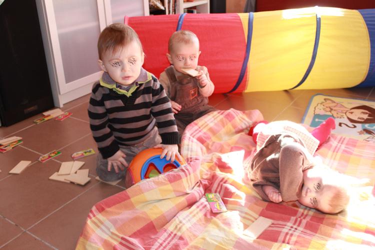 M. , P. et N. qui étalent tous les jouets de bon matin