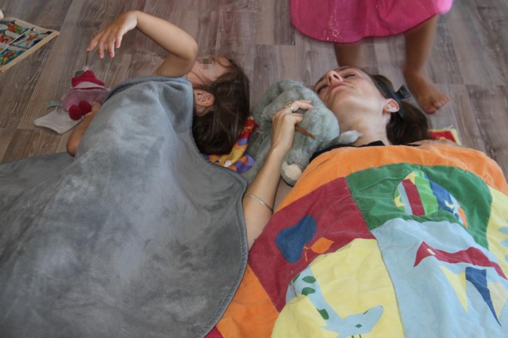 E. m'a coiffée et couchée comme si j'étais un bébé! et mini démon est ma grande soeur dans l'histoire.
