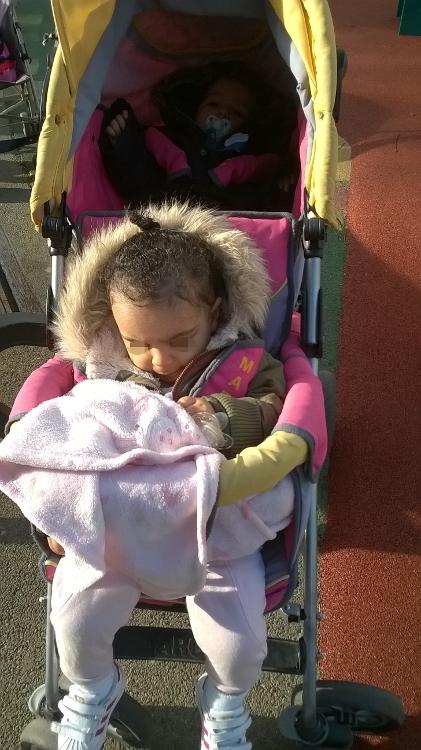En arrivant  au parc. Après elle passe son temps à monter et descendre du toboggan. Et moi je glisse avec. (l'avantage d'être petite)