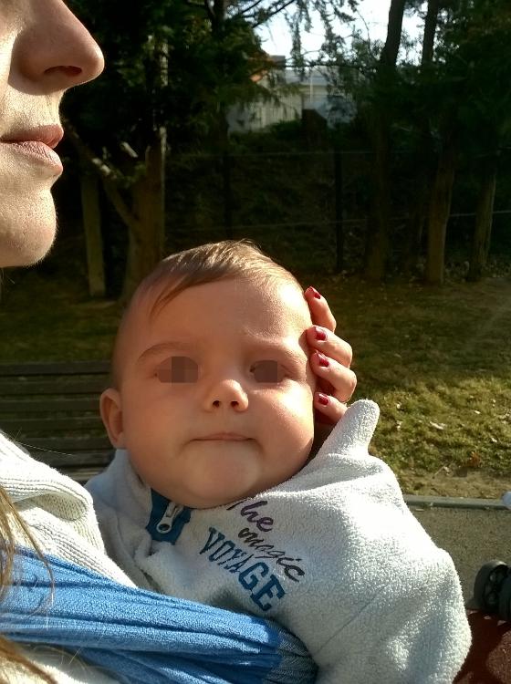 Et bébé  T. comme d'habitude dans l'écharpe de portage.